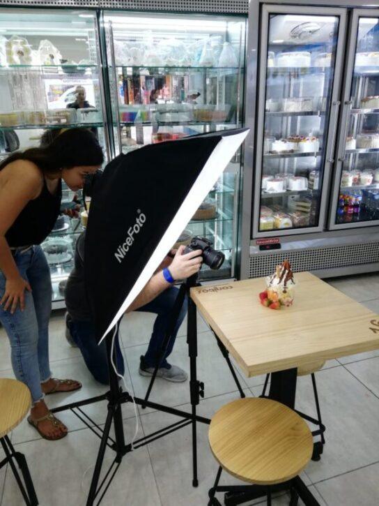 equipo buho agencia digital trabajando en fotografía para productos de un local de comida rapida